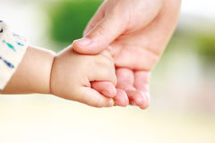 Οικογενειακή σκηνή, γονέας κινηματογραφήσεων σε πρώτο πλάνο και χέρι εκμετάλλευσης μωρών Στοκ εικόνες με δικαίωμα ελεύθερης χρήσης