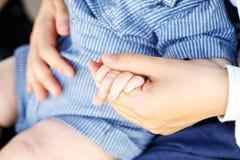 Οικογενειακή σκηνή, γονέας κινηματογραφήσεων σε πρώτο πλάνο και χέρι εκμετάλλευσης μωρών Στοκ Φωτογραφία
