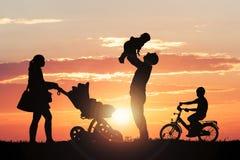 Οικογενειακή σκιαγραφία που απολαμβάνει στο πάρκο στοκ φωτογραφίες με δικαίωμα ελεύθερης χρήσης