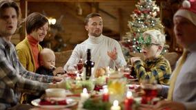 Οικογενειακή συγκέντρωση Χριστουγέννων από το εορταστικό γεύμα απόθεμα βίντεο