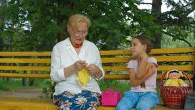 Οικογενειακή συζήτηση σε ένα πάρκο φιλμ μικρού μήκους