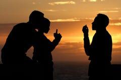 Οικογενειακή συζήτηση στο ηλιοβασίλεμα Στοκ Εικόνες