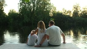 Οικογενειακή συνεδρίαση στη λίμνη που περιβάλλεται από την πράσινη φύση απόθεμα βίντεο