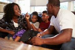 Οικογενειακή συνεδρίαση στον καναπέ με να υποστηρίξει γονέων Στοκ Εικόνες