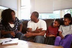 Οικογενειακή συνεδρίαση στον καναπέ με να υποστηρίξει γονέων Στοκ φωτογραφία με δικαίωμα ελεύθερης χρήσης