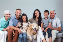 Οικογενειακή συνεδρίαση στον καναπέ με το σκυλί στοκ εικόνες με δικαίωμα ελεύθερης χρήσης