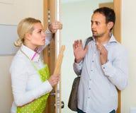 Οικογενειακή σύγκρουση στην πόρτα Στοκ εικόνα με δικαίωμα ελεύθερης χρήσης