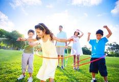 Οικογενειακή σύνδεση στο πάρκο στοκ εικόνες με δικαίωμα ελεύθερης χρήσης