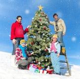 Οικογενειακή τοποθέτηση για τη κάμερα διακοσμώντας τα χριστουγεννιάτικα δέντρα Στοκ φωτογραφία με δικαίωμα ελεύθερης χρήσης