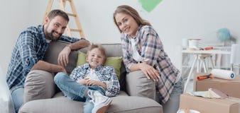 Οικογενειακή τοποθέτηση στο καινούργιο σπίτι τους στοκ εικόνες