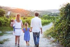 Οικογενειακή υπαίθρια πίσω άποψη Στοκ φωτογραφίες με δικαίωμα ελεύθερης χρήσης