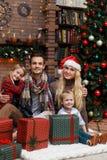 Οικογενειακή φωτογραφία στο δωμάτιο Χριστουγέννων Στοκ Φωτογραφίες