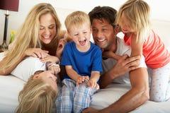 Οικογενειακή χαλάρωση μαζί στο σπορείο Στοκ Εικόνα