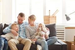 Οικογενειακή χαλάρωση στον καναπέ στοκ εικόνα