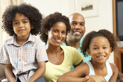 Οικογενειακή χαλάρωση στο σπίτι στον καναπέ στοκ φωτογραφία με δικαίωμα ελεύθερης χρήσης