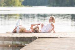 Οικογενειακή χαλάρωση σε μια αποβάθρα βαρκών Στοκ φωτογραφία με δικαίωμα ελεύθερης χρήσης