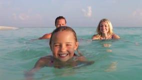 Οικογενειακή χαλάρωση στην τροπική θάλασσα απόθεμα βίντεο
