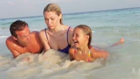 Οικογενειακή χαλάρωση στην τροπική παραλία απόθεμα βίντεο