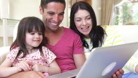 Οικογενειακή χαλάρωση στον καναπέ από κοινού απόθεμα βίντεο