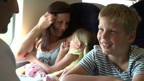 Οικογενειακή χαλάρωση στο ταξίδι τραίνων απόθεμα βίντεο