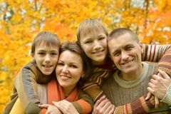 Οικογενειακή χαλάρωση χαμόγελου Στοκ Εικόνα