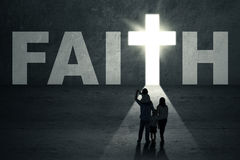 Οικογενειακοί περίπατοι προς την πόρτα πίστης στοκ εικόνες με δικαίωμα ελεύθερης χρήσης
