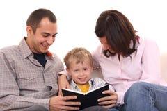 οικογενειακός ελεύθερος χρόνος δραστηριότητας που διαβάζεται Στοκ Εικόνα
