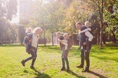 Οικογενειακός ενεργός ελεύθερος χρόνος θέματος έξω στη φύση μεγάλη καυκάσια οικογένεια με τέσσερα παιδιά Mom και μπαμπάς που χαλα στοκ εικόνα με δικαίωμα ελεύθερης χρήσης