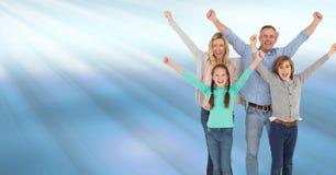 Οικογενειακός εορτασμός με τη χαρά με τις μπλε λάμποντας ελαφριές ραβδώσεις Στοκ Εικόνες