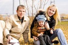 οικογενειακός ευτυχής υπαίθριος στοκ φωτογραφία με δικαίωμα ελεύθερης χρήσης