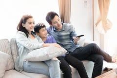 οικογενειακός ευτυχής χρόνος Μητέρα, πατέρας και γιος που χαλαρώνουν στο σπίτι στοκ εικόνα