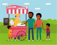 Οικογενειακός ελεύθερος χρόνος Αφρικανική οικογένεια στο λούνα παρκ Η οικογένεια αγοράζει την καραμέλα βαμβακιού απεικόνιση αποθεμάτων