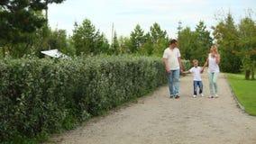 Οικογενειακός περίπατος σε ένα πάρκο απόθεμα βίντεο