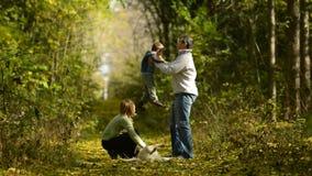 Οικογενειακός περίπατος στα ξύλα απόθεμα βίντεο