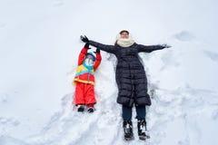 Οικογενειακός περίπατος στο χειμερινό δασικό μπαμπά mom και το παιδί στοκ εικόνα