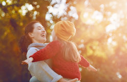 οικογενειακός περίπατος φθινοπώρου Στοκ Εικόνα