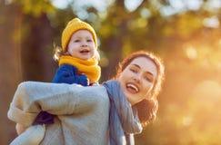 οικογενειακός περίπατος φθινοπώρου Στοκ εικόνα με δικαίωμα ελεύθερης χρήσης