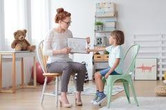Οικογενειακός σύμβουλος που βοηθά το μικρό παιδί Στοκ εικόνες με δικαίωμα ελεύθερης χρήσης