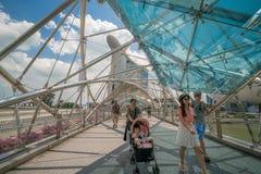 Οικογενειακός τουρίστας στη γέφυρα ελίκων στον κόλπο μαρινών, Σιγκαπούρη στοκ φωτογραφίες