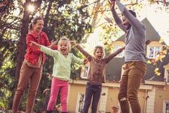 Οικογενειακός χρόνος, ευτυχές οικογενειακό παιχνίδι έξω, εποχή φθινοπώρου Στοκ φωτογραφία με δικαίωμα ελεύθερης χρήσης