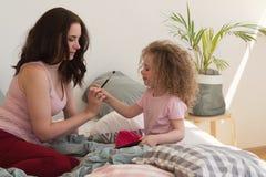 Οικογενειακός χρόνος Μητέρα και κόρη Καλλυντικά Στοκ εικόνα με δικαίωμα ελεύθερης χρήσης