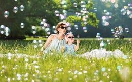 Οικογενειακός χρόνος μητέρων και κορών, φυσώντας σαπούνι-φυσαλίδες Στοκ εικόνα με δικαίωμα ελεύθερης χρήσης