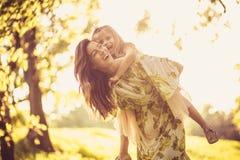 Οικογενειακός χρόνος Μικρό κορίτσι και η μητέρα της που παίζουν στη φύση Στοκ εικόνα με δικαίωμα ελεύθερης χρήσης