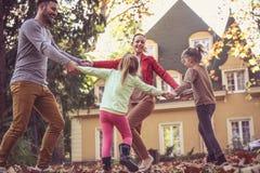 Οικογενειακός χρόνος Οι γονείς έχουν το παιχνίδι με τα παιδιά Στοκ Εικόνες