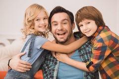 Οικογενειακός χρόνος πατέρων νεαρών άνδρων με τα παιδιά Στοκ εικόνα με δικαίωμα ελεύθερης χρήσης