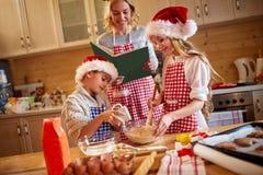 Οικογενειακός χρόνος που προετοιμάζει τα μπισκότα Χριστουγέννων Στοκ Εικόνες