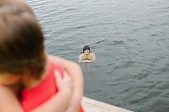 Οικογενειακός χρόνος στη λίμνη την καυτή θερινή ημέρα Στοκ Εικόνα