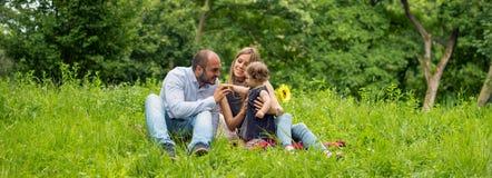 Οικογενειακός χρόνος στη φύση, πανόραμα Στοκ φωτογραφίες με δικαίωμα ελεύθερης χρήσης