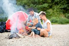Οικογενειακός χρόνος στη φύση, στρατοπέδευση Στοκ εικόνα με δικαίωμα ελεύθερης χρήσης