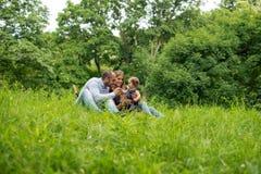 Οικογενειακός χρόνος στη φύση Στοκ φωτογραφία με δικαίωμα ελεύθερης χρήσης